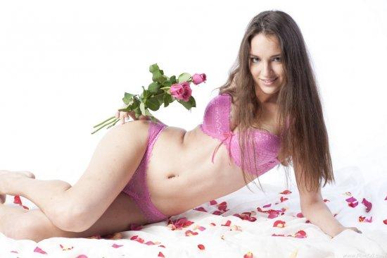 Обсыпанная лепестками роз от поклонников Inda (12 фото)