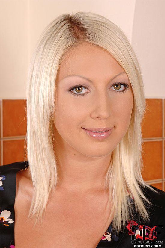 Настроившая струны тела на шалости Pamela Blond (15 фото)