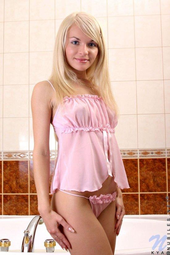 Притягательно искупнувшаяся блондиночка Dina (16 фото)