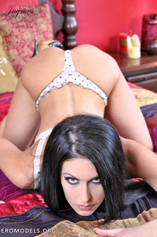 Сексуально балующаяся на кроватке Jessica Jaymes (15 фото)