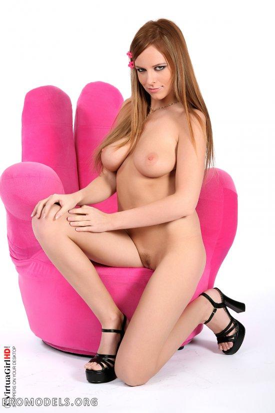 Фотосессия Carmen Gemini вблизи кресла в форме руки (14 фото)