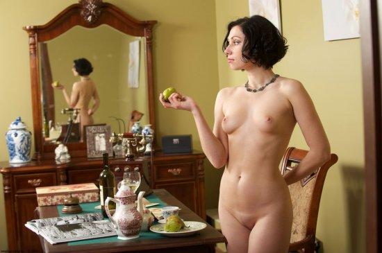 Olesya в обставленном под ретро кабинете (28 фото)