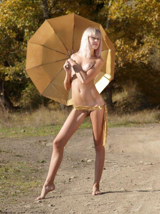 Прячущаяся от солнышка за зонтиком Princessa (22 фото)