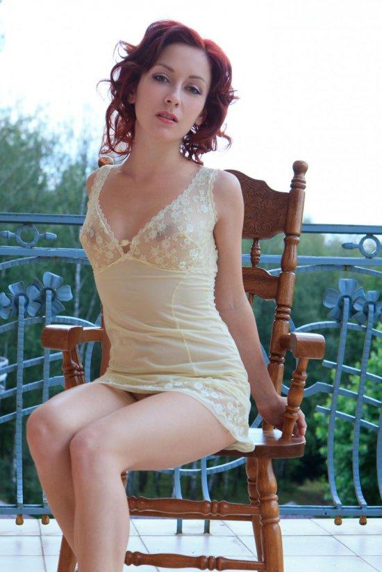 Показательно приступившая к интимному на стуле Agatha Night (24 фото)