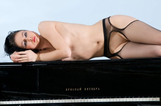 Эротический порыв Marina в танцевальном зале (38 фото)