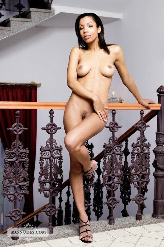 Позирование Luciana Curtis на ступеньках шикарного дворца (16 фото)