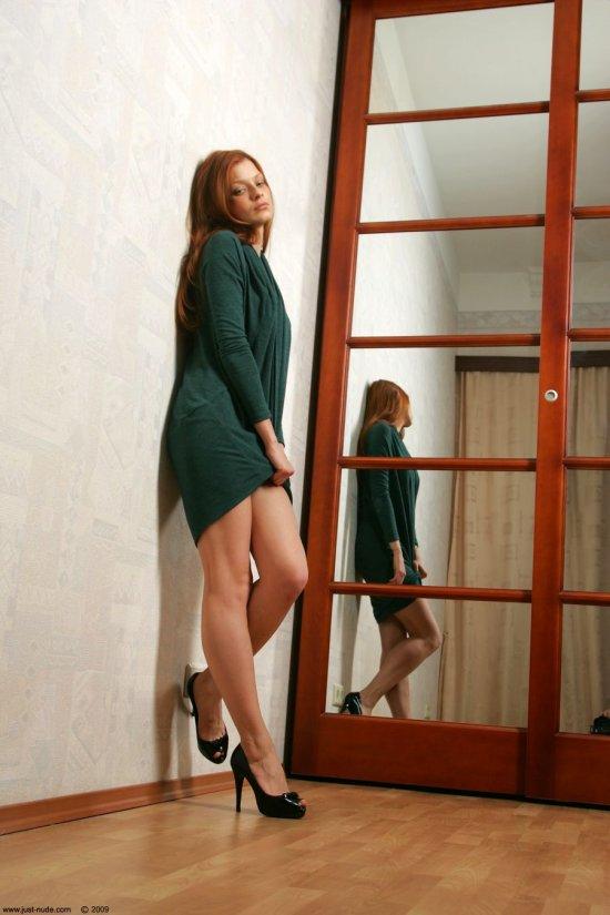 Оголившаяся перед зеркальной дверью шкафа Indiana (36 фото)