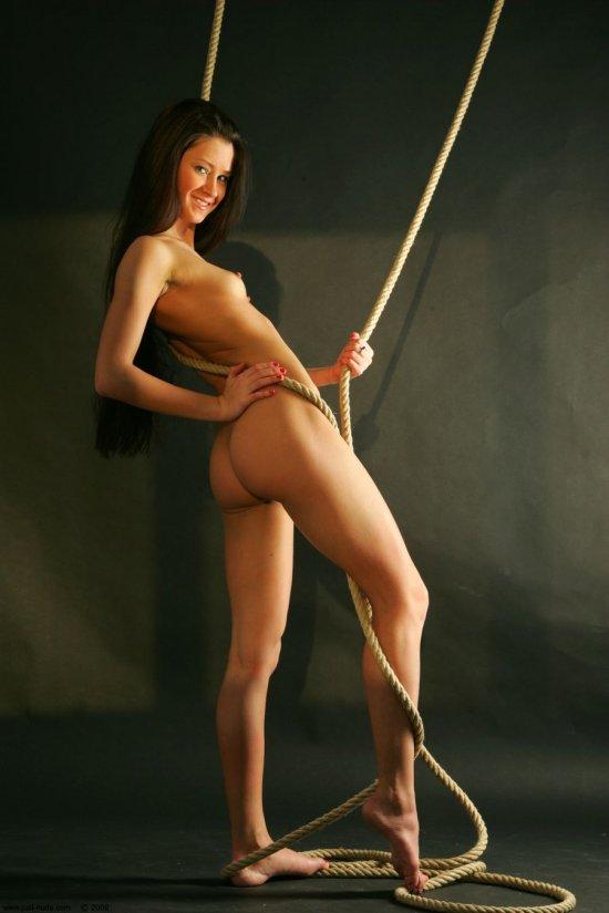 Задорно играющая с канатами Maria (38 фото)