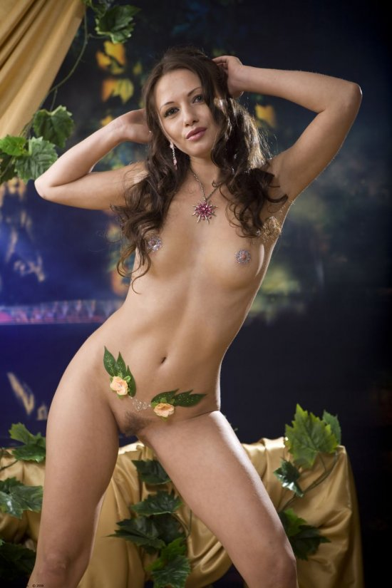 Украсившая тело драгоценностями Fiona (48 фото)