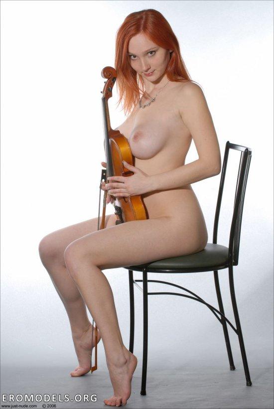 Эротика красиво играющей на скрипке Katya (24 фото)