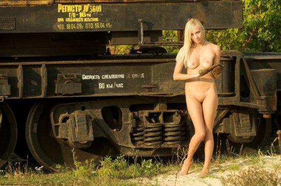 Уже оголившаяся Ira на железнодорожной базе (20 фото)