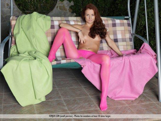 Приспустившая с себя розовые колготки Lili (14 фото)