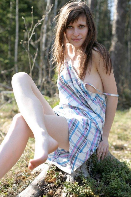 Интимный привал в лесу с шатенкой Lili (28 фото)