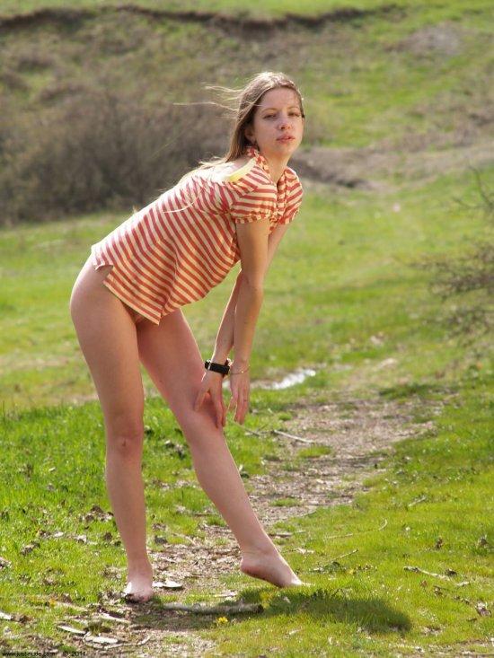 Ksenia на ведущей к соблазнам тропе (32 фото)