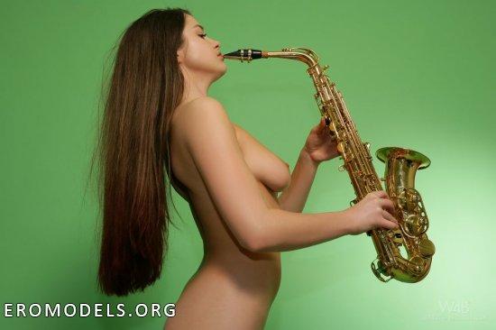 Оголенная саксофонистка Olivia (15 фото)