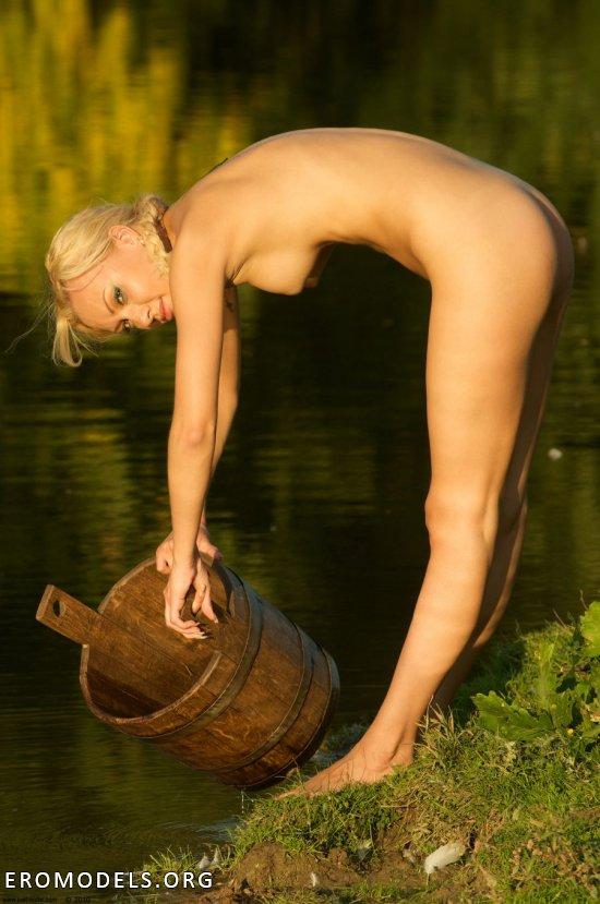 Живописные сьемки у реки с эротикой Ira (18 фото)