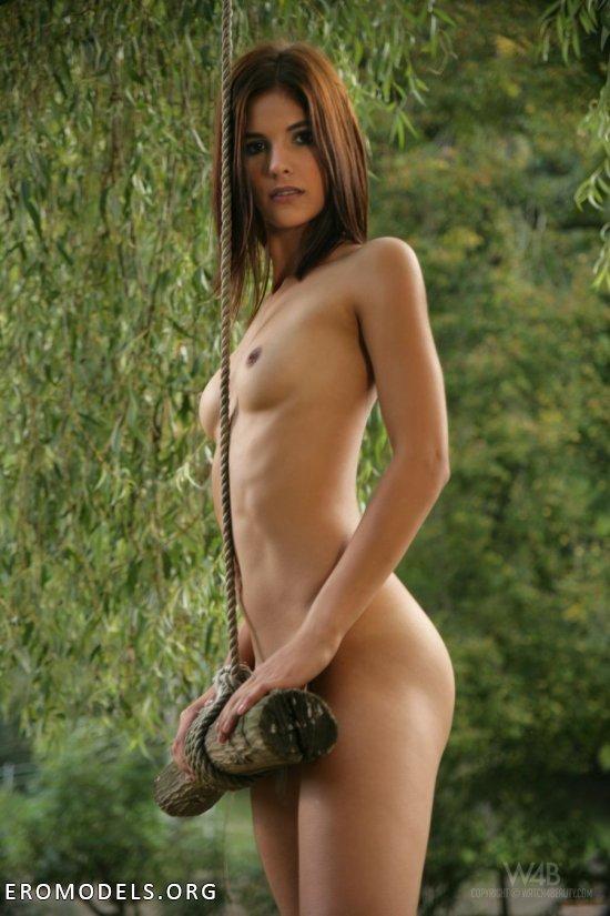 Прогулявшаяся голышом по пригородному парку Demi (26 фото)