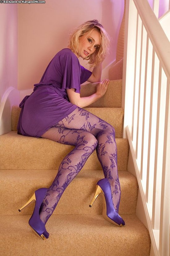 Остановившаяся на ступеньках лестницы для интима Katy Cee (26 фото)