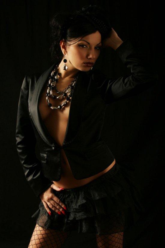 Явившаяся из темноты дамочка Monika (14 фото)