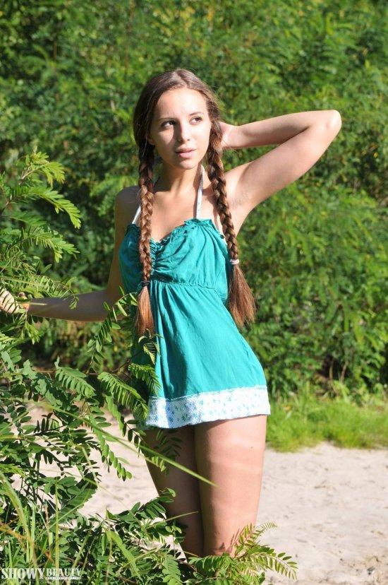 Polina на берегу протекающей рядом с городом речки (26 фото)