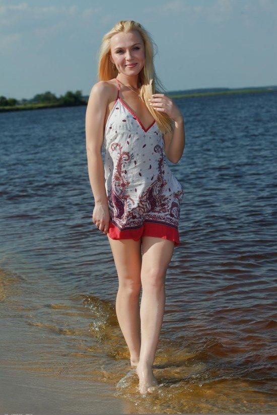 Дополнившая купание интимными моментами Leona (28 фото)