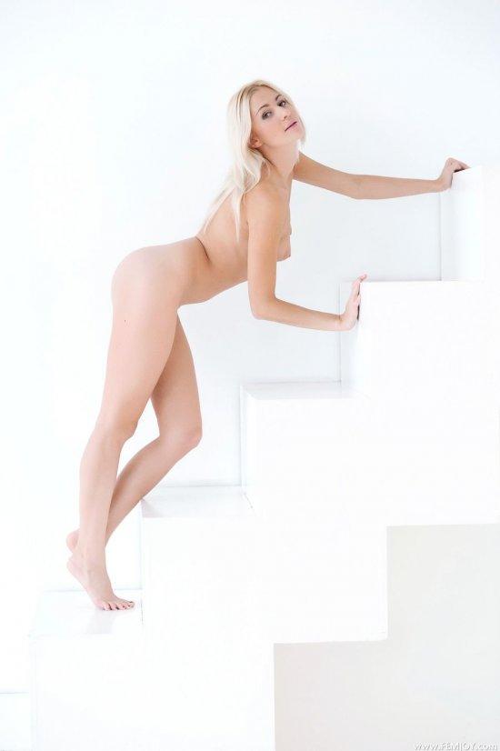 Забравшаяся без одежды на белую лестницу Stella (36 фото)