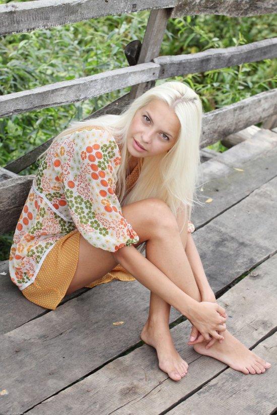 Оголившаяся на деревянном мосту Vika (30 фото)