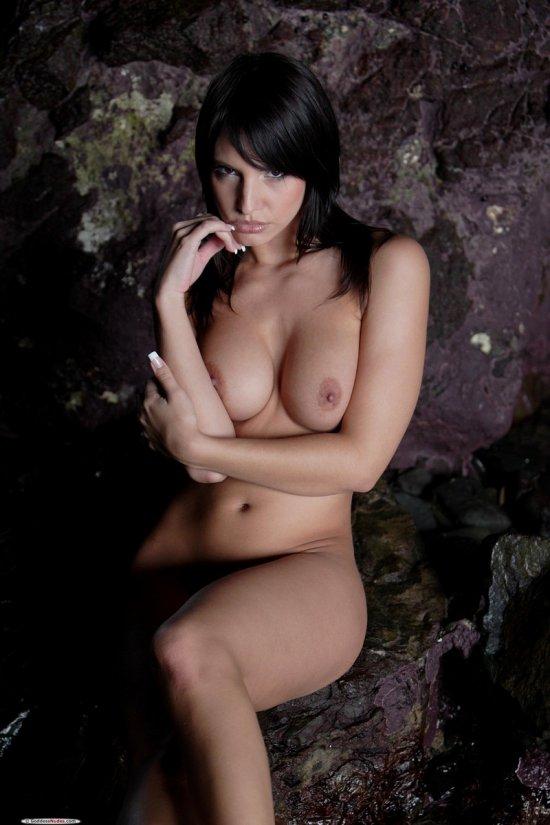 Затаившаяся обнаженной в пещере Monika Vesela (15 фото)