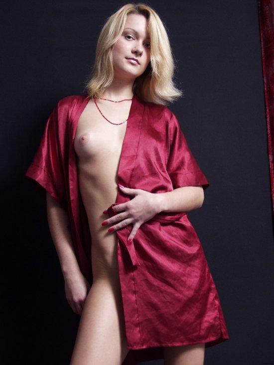 Приспустившая с тела шелковый халат Janna (15 фото)