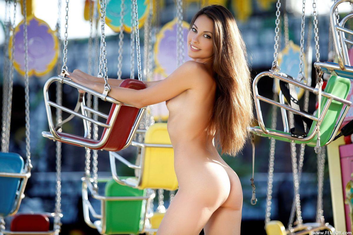 девушка голая на карусель