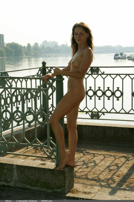 Прогулявшаяся в раннюю пору вдоль реки без одеяний Vika (15 фото)