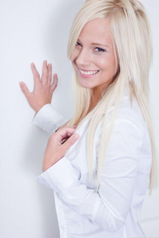 Явившаяся с бодрящей улыбкой Nicol (20 фото)