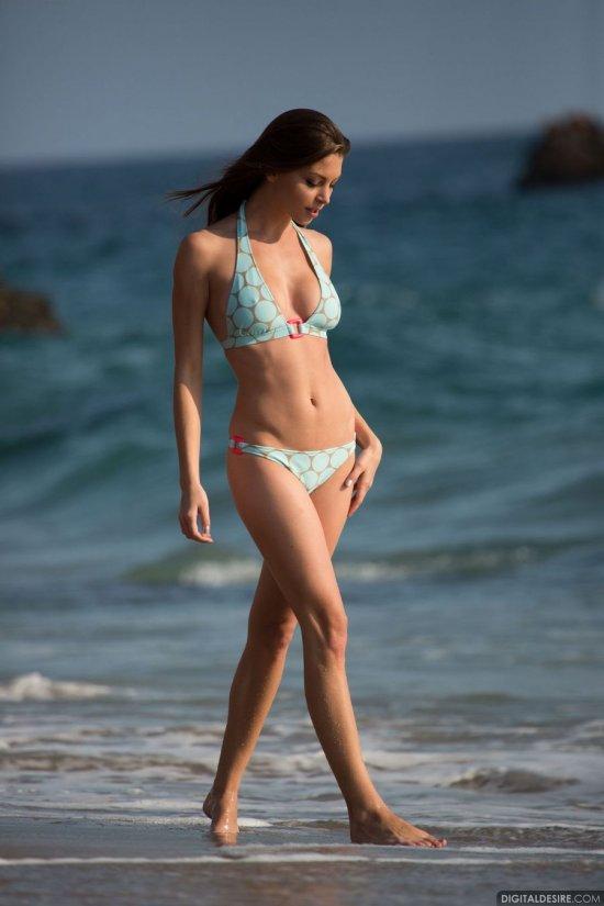 Воспользовавшаяся полным отсутствием людей на пляже Amber Sym (35 фото)