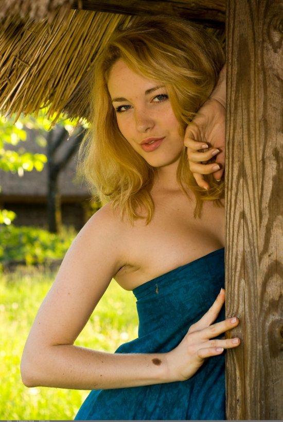 Умышленно втянувшаяся в приключение с оголением Alissa White (32 фото)