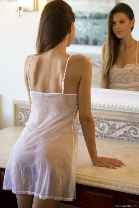 Обнажившаяся с сопровождаемым любованием в зеркало Valeria (25 фото)