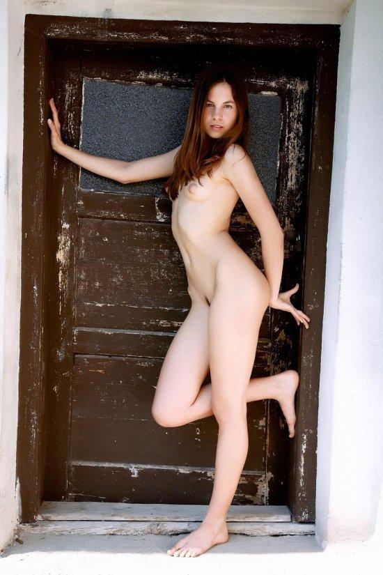 Эротично прислонившаяся к двери Altea (20 фото)