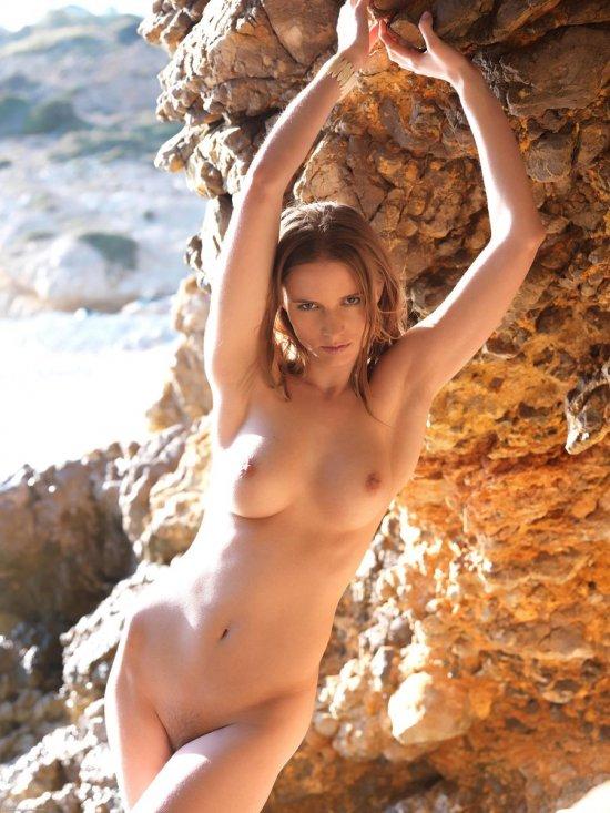 Блеснувшая красотой под скалой Medea (12 фото)