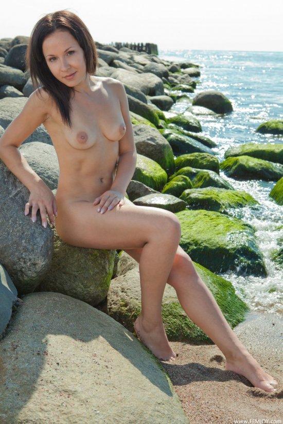 Нежащаяся со всей доступной эротичностью на пляже Daisy (28 фото)