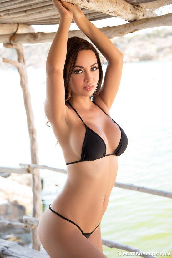 Обнажившая сверх сексуальное бикини Adrienn Levai (26 фото)