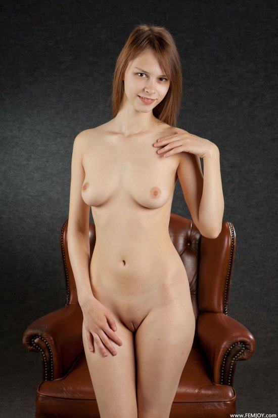 Покорившая интимом кожаное кресло Beata (22 фото)