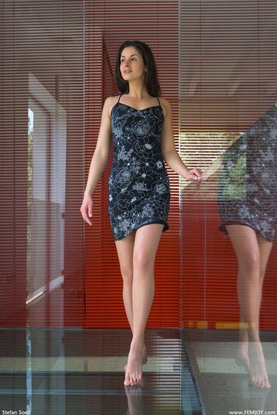 Опробовавшая обнажение в стеклянном коридоре Fiona (18 фото)