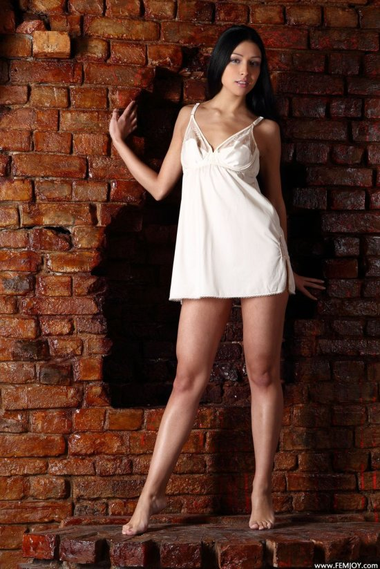 Karina у выложенной из кирпича стены (35 фото)