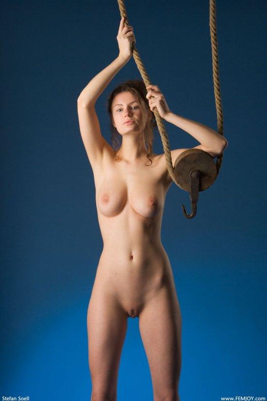 Эротично обтянувшаяся канатом Susanna (20 фото)