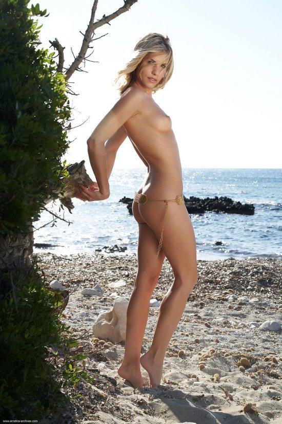 Скрасившая досуг находящихся на пляже Iveta (32 фото)