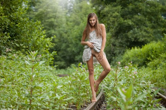 Гуляющая голой по заросшим травой рельсам Dominika (18 фото)
