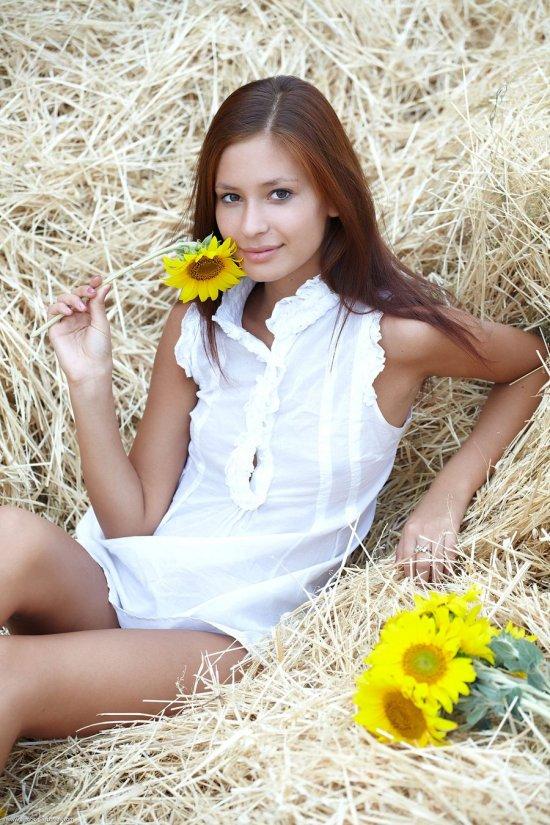 Расслабляющаяся на заготовленном сене Irina (20 фото)