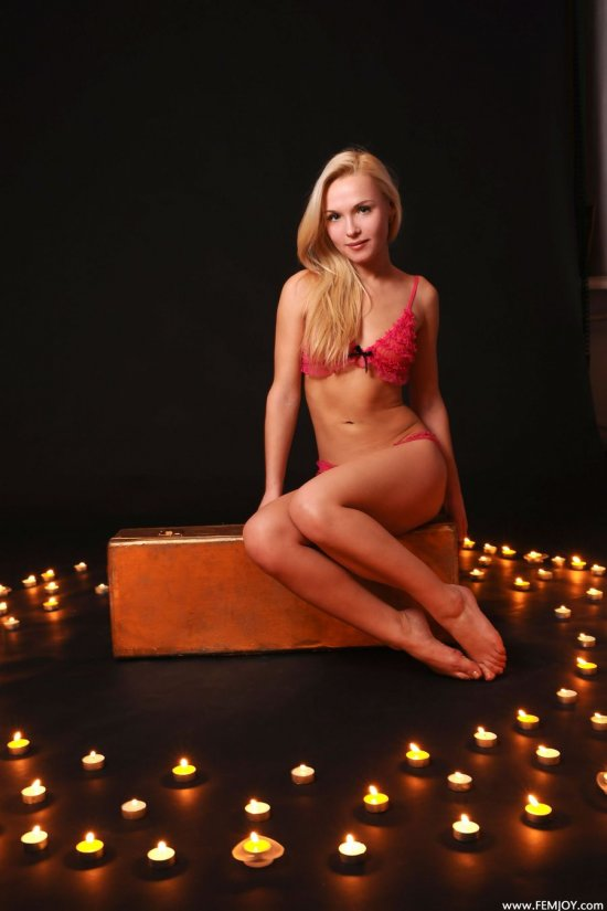 Окруженная горящими свечами Karen (16 фото)