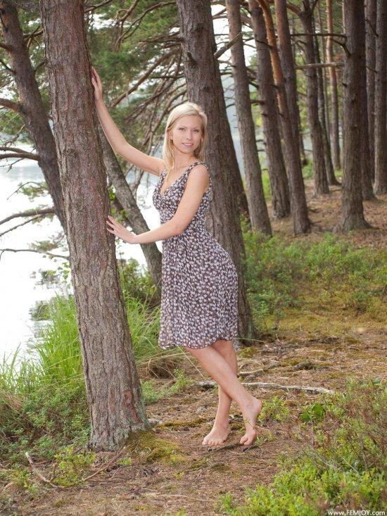 Сделавшая природу вокруг себя еще красивее эротикой Tessi (22 фото)