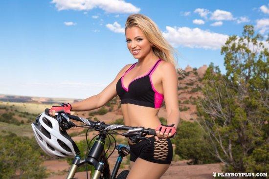 Приехавшая на велосипеде с явным возбуждением Blanca Brooke (20 фото)