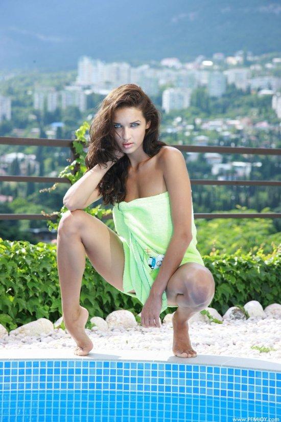 Расслабляющаяся у бассейна Olga (18 фото)